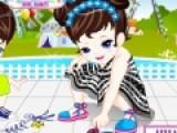 В этой игре Вы должны подобрать одежду для маленькой девочке, которая играет с мальчиком на улице. Они рисуют на асфальте цветным мелом. Постарайтесь подобрать одежду не только красивую, но и подходящую, для подобного занятия.