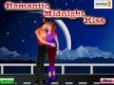 Так романтично прогуливаться под луной и целоваться с любимым человеком. Но не всем окружающим это нравится. Постарайтесь, что бы Ваши страстные поцелуи никто не заметил.