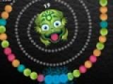 Это еще одна игра из серии зума. Что бы пройти уровень необходимо убрать все движущиеся шарики с игрового поля до тех пор пока они не достигнут лягушки. Что бы убирать шарики собирайте цепочки из одного цвета длиной не менее трех шариков.