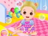 Одень маленькую девочку, которая играет с мыльными пузырями в самый симпатичный наряд. Не смотря на возраст девочка хочет быть модной малышкой.