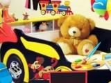 О такой кровати в своей детской комнате мечтают все дети, ведь она похожа на гоночный автомобиль. Однако содержать такую кровать в порядке и убрать с нее все лишние игрушки Вам поможет эта отличная игра.